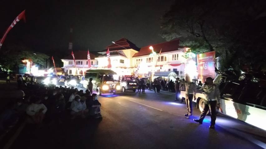 Operasi gabungan (Opsgab) mengamankan puluhan Aremania saat merayakan HUT Arema ke-34 di depan Alun-Alun Tugu Balai Kota Malang, Selasa malam (10/08/2021). (Foto: Azmy/Tugu Jatim)