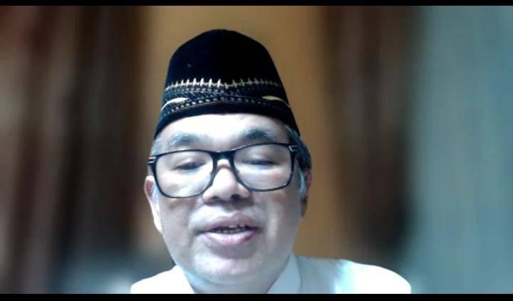 Aqua Dwipayana saat melakukan sambutan di acara doa bersama jamaah POS I, II, III, dan IV untuk Ketua Rombongan Jamaah POS III Surabaya-Sidoarjo, Fuad Ariyanto. (Foto: Dokumen/Tugu Jatim)