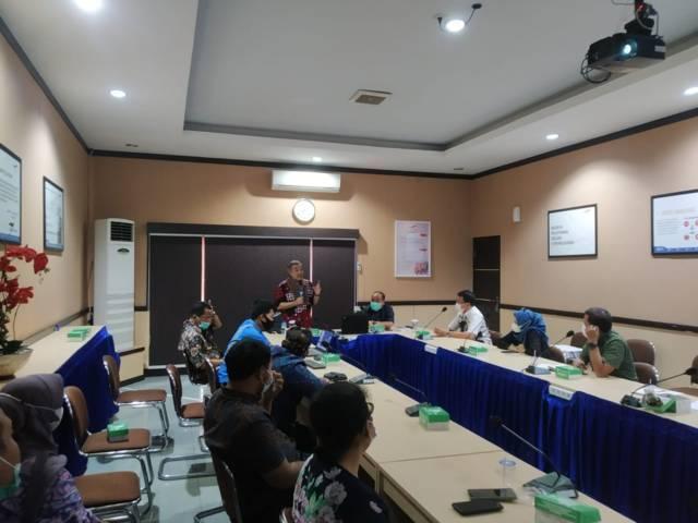 """Dr Aqua Dwipayana saat mengisi sesi Sharing Komunikasi dan Motivasi di hadapan jajaran pegawai Angkutan Sungai, Danau, dan Penyeberangan (ASDP) Cabang Lembar Kabupaten Lombok Barat, Nusa Tenggara Barat dengan tema """"Meningkatkan Semangat Melayani Publik"""", pada Kamis (12/8/2021) siang. (Foto: Dokumen) tugu jatim"""