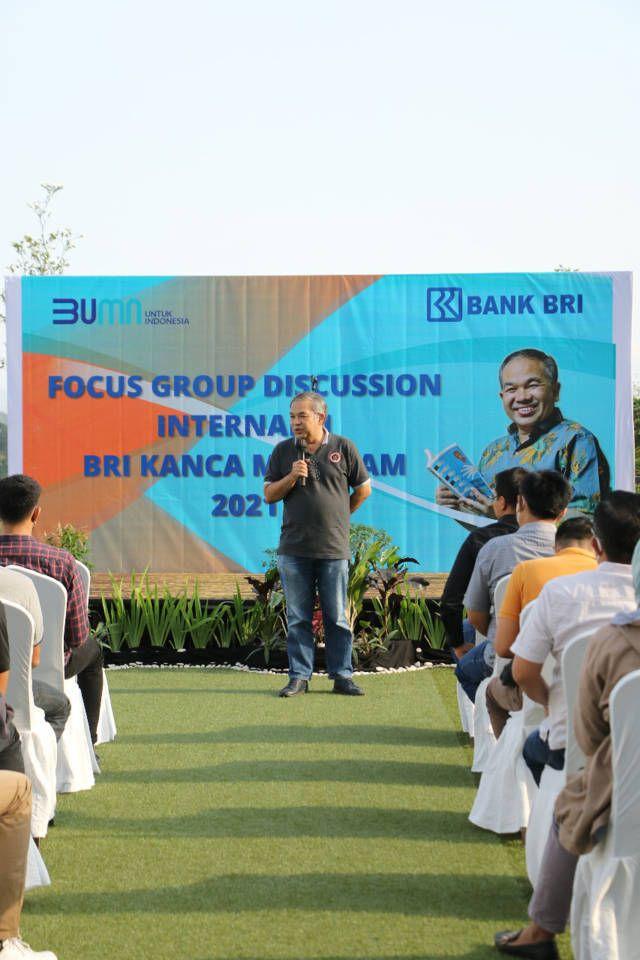 Dr Aqua Dwipayana saat mengisi sesi Sharing Komunikasi dan Motivasi kepada pegawai BRI Cabang Mataram, Rabu (11/8/2021) sore di Hotel Astoria Mataram. (Foto: Dokumen) tugu jatim