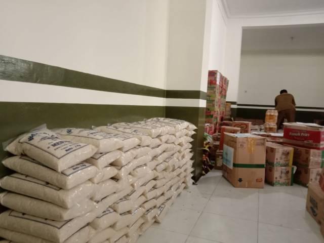 Tumpukan beras serta sembako lain yang dihimpun oleh Satgas ASN Peduli Covid di Kepanjen, Kabupaten Malang. (Foto: M Sholeh/Tugu Malang/Tugu Jatim)