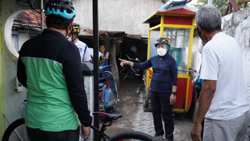 Bupati Bojonegoro saat mengunjungi warga kurang mampu rumah tidak layak huni (RTLH) di kawasan Kelurahan Ledok kulon, Minggu (15/08/2021). (Foto: Dokumen/Pemkab Bojonegoro) tugu jatim