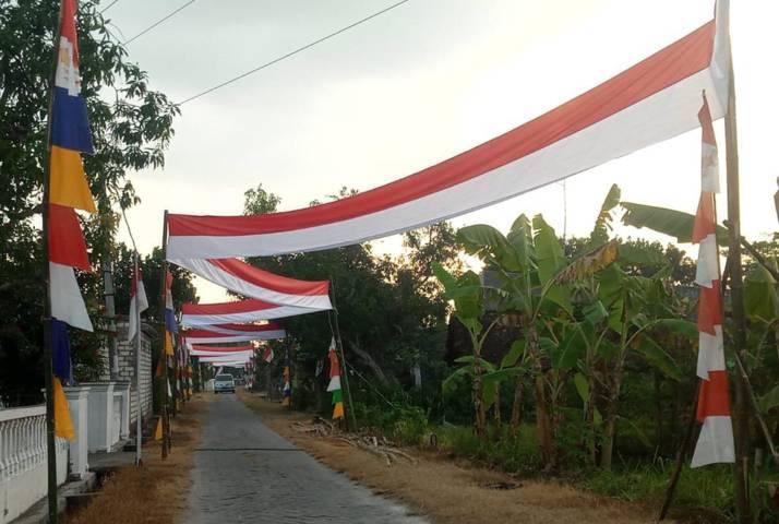 Bendera Merah Putih sepanjang 500 meter x 80 sentimeter yang dibentangkan di Dusun Gumelem, Desa Bogangin, Kecamatan Sumberrejo, Kabupaten Bojonegoro, Selasa (10/08/2021). (Mila Arinda/Tugu Jatim)