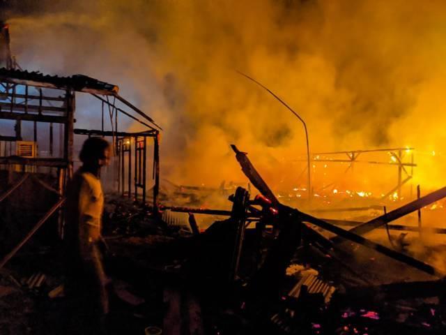 Rumah warga Desa Bakung, Kecamatan Kanor, Kabupaten Bojonegoro, tampak ludes terbakar pada Rabu dini hari (04/08/2021). (Foto: Damkar Bojonegoro/Tugu Jatim)