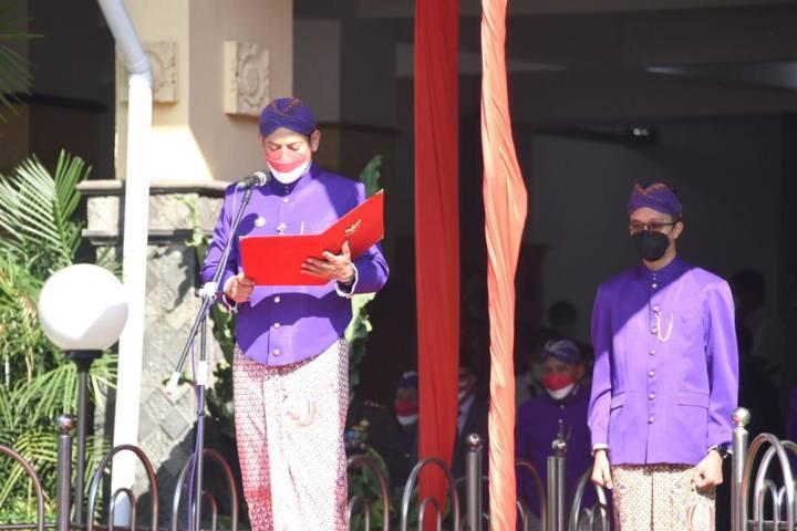 Wali Kota Kediri Abdullah Abu Bakar saat menjadi inspektur upacara peringatan Hari Ulang Tahun Republik Indonesia (HUT RI) ke-76, Selasa (17/08/2021), di Halaman Balai Kota Kediri.(Foto: Dokumen/Tugu Jatim)
