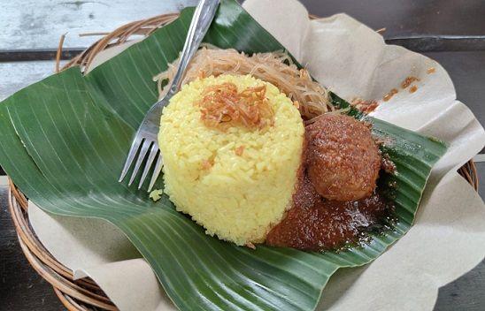 Nasi kuning disajikan dengan Masak Habang, di rumah makan Soto Banjar Belitung, Kalpataru, Malang/tugu jatim