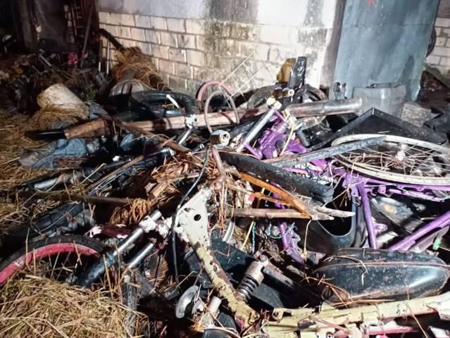 Tumpukan kerangka beberapa motor dan perlengkapan bengkel yang telah hangus terbakar. (Foto: Dokumen Warga) tugu jatim sugihwaras
