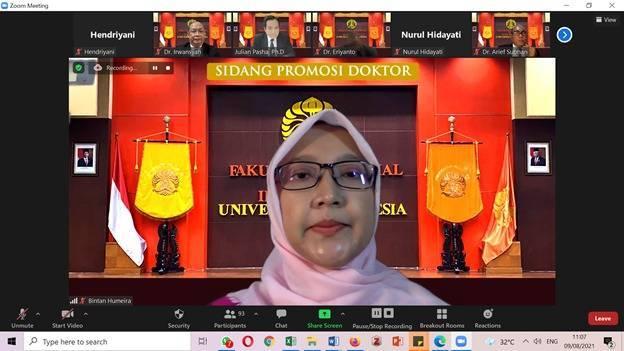Bintan Humeira saat menjalani sidang terbuka Promosi Doktor Ilmu Komunikasi, Fakultas Ilmu Sosial dan Politik, Universitas Indonesia (FISIP UI), secara daring, pada Senin (9/8/2021). (Foto: Dokumen/UI)