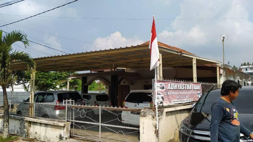 Tampak sejumlah armada di salah satu biro wisata di Kota Batu terparkir nganggur. (Foto: M Ulul Azmy/Tugu Malang/Tugu Jatim)