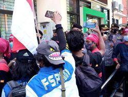 Sempat Bersitegang dengan Aparat, Ratusan Buruh FSPMI Tuban Geruduk Dinas PMPTSP Tuban