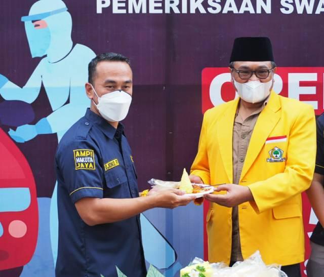 Ketua DPD Partai Golkar Kota Malang Sofyan Edi Jarwoko saat meresmikan Drive Thru Swab Gotong Royong AMPI Makota. (Foto:Dokumen/Tugu Jatim)