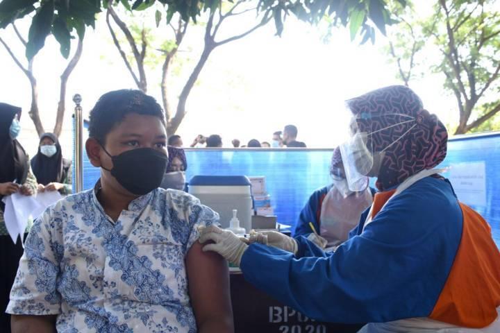 Salah satu siswa ikut vaksinasi di SMAN 1 Kediri pada Rabu (04/08/2021).(Foto: Rino Hayyu Setyo/Tugu Jatim)