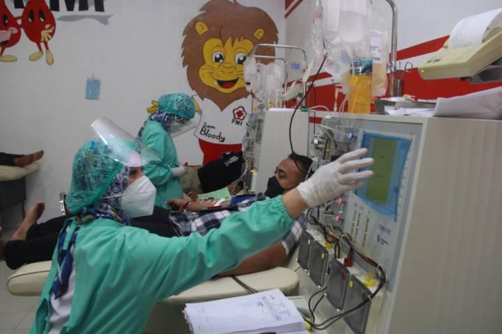 Petugas PMI Kota Malang sedang melayani donor plasma konvalesen pada warga. (Foto: Rubianto/Tugu Jatim)