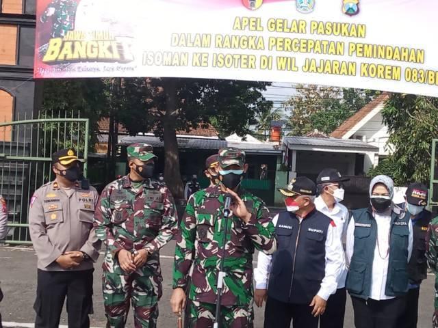 Komandan Korem (Danrem) 083/BDJ Kolonel Infanteri Irwan Subeki (tengah) saat menjelaskann terkait deadline pemindahan pasien isoman ke isoter di Malang Raya, Rabu (18/08/2021). (Foto: Rizal Adhi Pratama/Tugu Jatim)