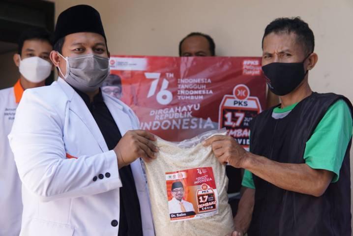 Ketua Komisi B Fraksi PKS Trio Agus Purwono saat membagikan paket sembako kepada warga terdampak Covid-19 pada Selasa (17/08/2021). (Foto:Dokumen/Tugu Jatim)