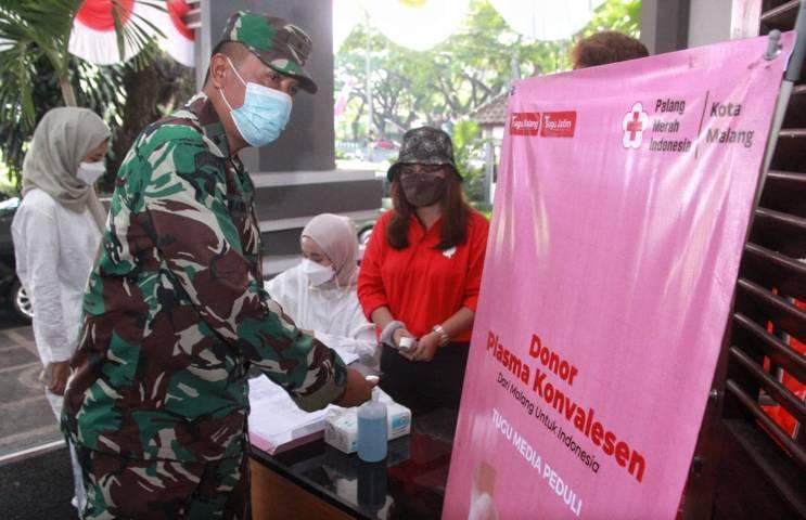 Para pendonor plasma konvalesen di Tugu Media Group saat registrasi di Aula Kantor DPRD Kota Malang pada Kamis (12/08/2021). (Foto: Rubianto/Tugu Jatim)
