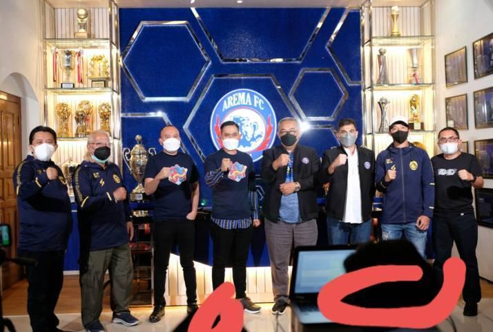 Direksi, manajemen, hingga pemain Arema FC berfoto bersama usai sesi konferensi pers peluncuran logo dan slogan jelang HUT Arema FC yang ke-34. (Foto: Arema FC Official) tugu jatim