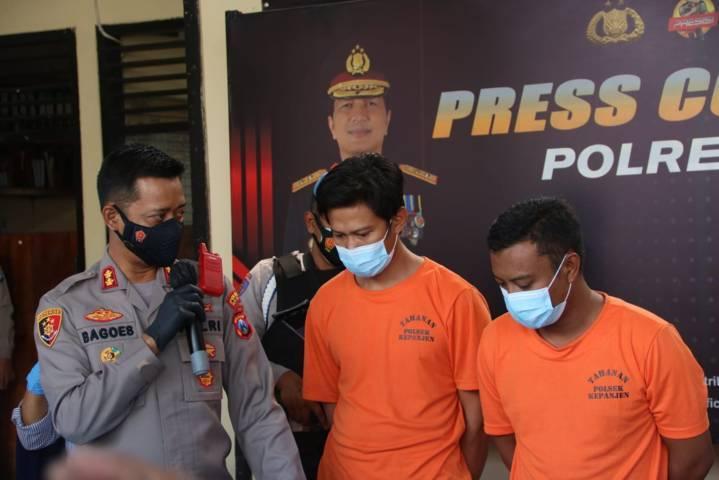 Kapolres Malang, AKBP Bagoes Wibisono mengungkap kasus pencurian rel kereta api yang dilakukan oleh dua orang pelaku yang kini telah ditangkap oleh jajarannya. (Foto: M Sholeh/Tugu Malang/Tugu Jatim)