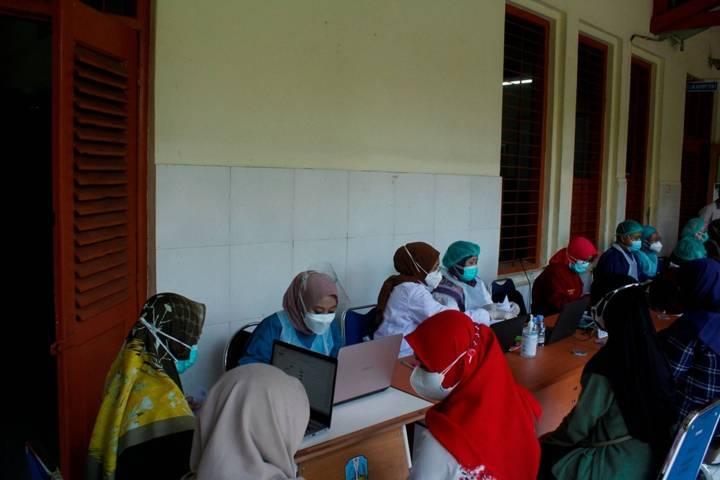 Ilustrasi nakes yang melayani program vaksinasi untuk masyarakat Kota Kediri. (Foto: Rino Hayyu Setyo/Tugu Jatim)