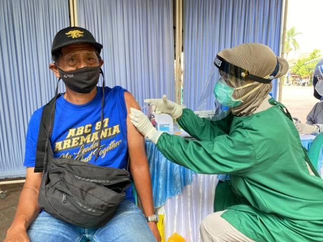 Salah satu Aremania saat mengikuti vaksinasi Covid-19 yang digelar di Polres Malang (Polres Malang), Senin (09/08/2021). (Foto: M. Sholeh/Tugu Jatim)