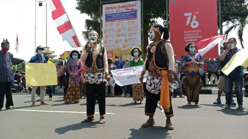Para seniman menyuarakan keluhannya saat menggelar aksi di depan kantor Pemkab Tuban, Kamis (19/08/2021). (Foto: Mochamad Abdurrochim/Tugu Jatim)