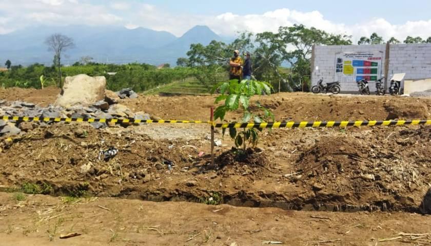 Aktivitas pembangunan perumahan di Dusun Sawahan, Desa Giripurno, Bumiaji, Kota Batu, ini ditutup karena tak berizin, Senin (09/08/2021). (Foto:Azmy/Tugu Jatim)