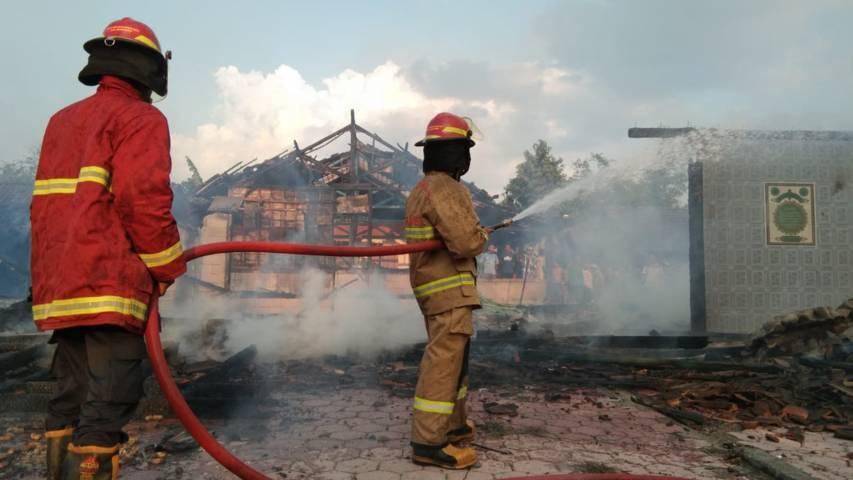 Pemadam Kebakaran Pos Ngambon sedang memadamkan api yang melalap tiga rumah milik warga Desa Sendang Harjo, Kecamatan Ngasem, Kabupaten Bojonegoro, pada Senin sore (17/08/2021). (Foto: Dok Damkar Bojonegoro/Tugu Jatim)