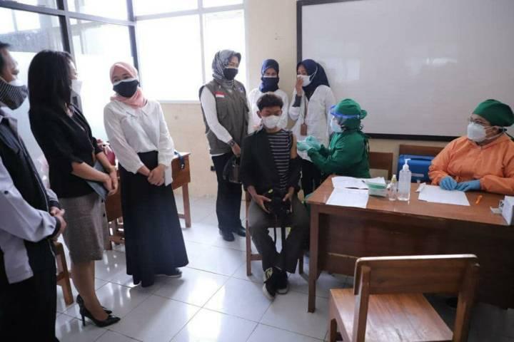 Wali Kota Batu Dewanti Rumpoko saat meninjau pelaksanaan vaksinasi kepada pelajar di SMK Negeri 3 Kota Batu, Rabu (4/8/2021). (Foto: Diskominfo Kota Batu) tugu jatim