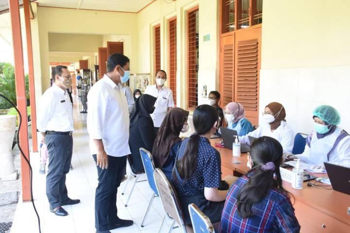Wali Kota Kediri Abdullah Abu Bakar melihat proses para siswa melakukan pendaftaran sebelum vaksinasi di SMAN 1 Kediri pada Rabu (04/08/2021).(Foto: Rino Hayyu Setyo/Tugu Jatim)