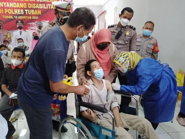 Proses vaksinasi kepada sejumlah difabel di Kabupaten Tuban yang digelar di Mapolres Tuban, Selasa (10/8/2021). (Foto: Moch Abdurrochim/Tugu Jatim) pemkab tuban
