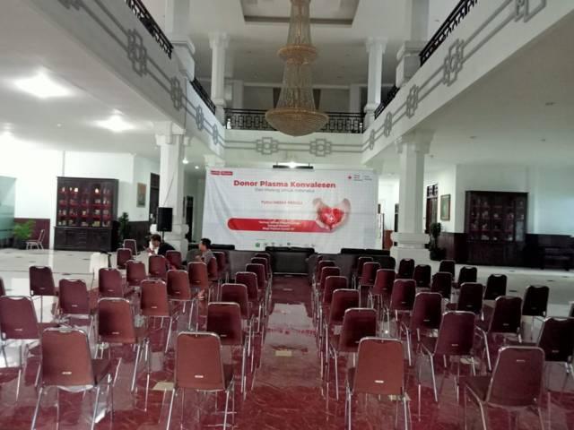 Suasana persiapan Donor Plasma Konvalesen di Gedung DPRD Kota Malang yang akan digelar Kamis (12/8/2021) besok. (Foto: Dokumen/Tugu Malang/Tugu Jatim)