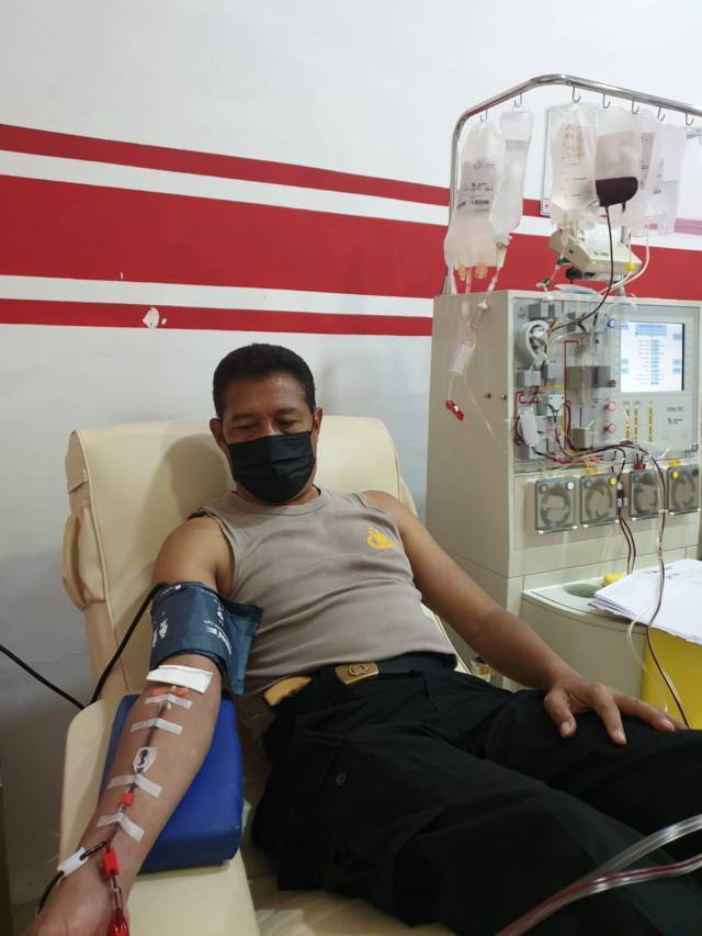 Kapolsek Kedungkandang, Kompol Yusuf Suryadi saat melakukan donor plasma konvalesen di PMI Kota Malang, Rabu (18/8/2021). (Foto: Rizal Adhi/Tugu Malang/Tugu Jatim)