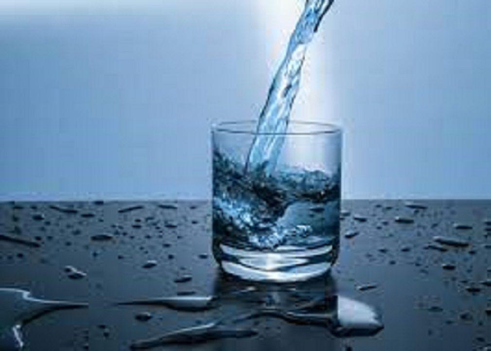 Segelas air putih yang diminum secara rutin menyehatkan tubuh dan kulit/tugu jatim
