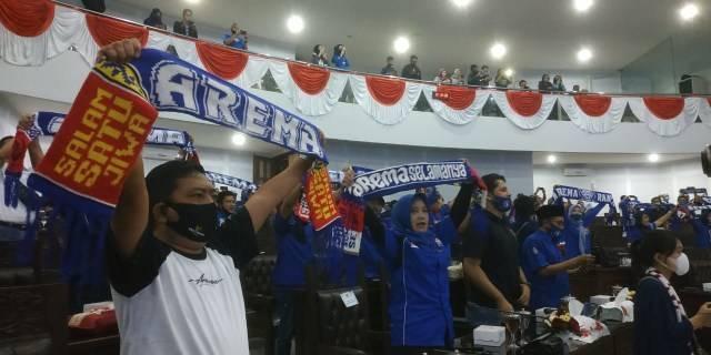Anggota DPRD Kota Malang membentangkan syal Arema dan juga mengenakan kaos Arema saat menjalani sidang paripurna pada 11 Agustus 2020 lalu. (Foto: M Ulul Azmy/Tugu Malang/Tugu Jatim)