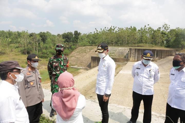 Bupati Tuban Aditya Halindra Faridzky (dua dari kanan) meninjau sejumlah titik penyebab banjir pada Rabu (04/08/2021). (Foto: Diskominfo/Tugu Jatim)