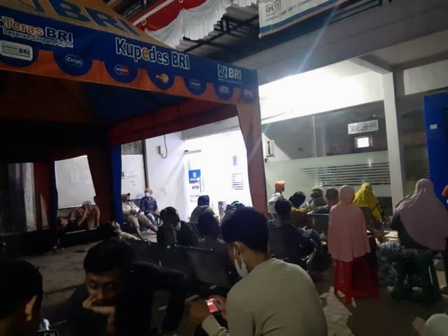 Suasana pengambilan antrean pencairan bantuan produktif usaha mikro (BPUM) bagi UMKM terdampak Covid-19 di BRI Cabang Merakurak, Tuban, Selasa (10/08/2021). (Foto: netizen Tuban/Tugu Jatim)