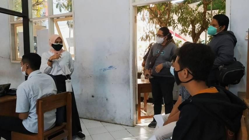 Kepala Dinkes Kota Batu Kartika Trisulandari saat memberi sosialisasi vaksinasi kepada generasi muda di SMKN 3 Kota Batu, Rabu (04/08/2021). (Foto:Azmy/Tugu Jatim)