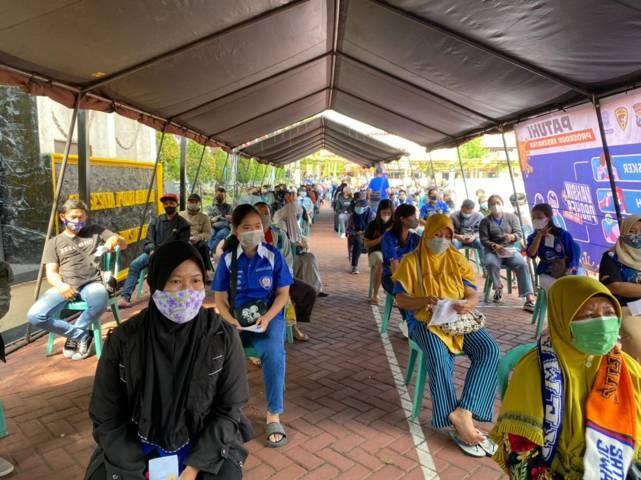 Aremania dan Aremanita membirukan vaksinasi Covid-19 yang diselenggarakan  di Polres Malang (Polres Malang), Senin (09/08/2021). (Foto: M. Sholeh/Tugu Jatim)