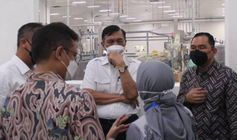 Karyawan PT Paragon Technology and Innovation (Paragon) memberikan penjelasan soal penerapan prokes kepada 3 menteri, Selasa (10/08/2021). (Foto: Dok Paragon/Tugu Jatim)