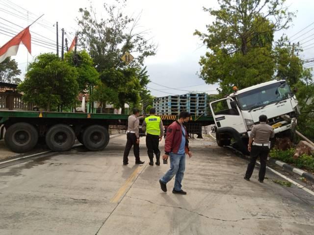 Proses evakuasi truk trailer yang melintang di Jalan Hos Cokroaminoto, Tuban usai mengalami kecelakaan pada Senin (30/08/2021). (Foto: Mochamad Abdurrochim/Tugu Jatim)