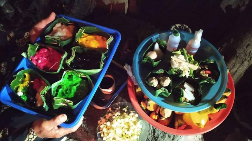 Sesajen Jenang Sengkolo 5 warna pada Senin (16/08/2021). (Foto:Azmy/Tugu Jatim)