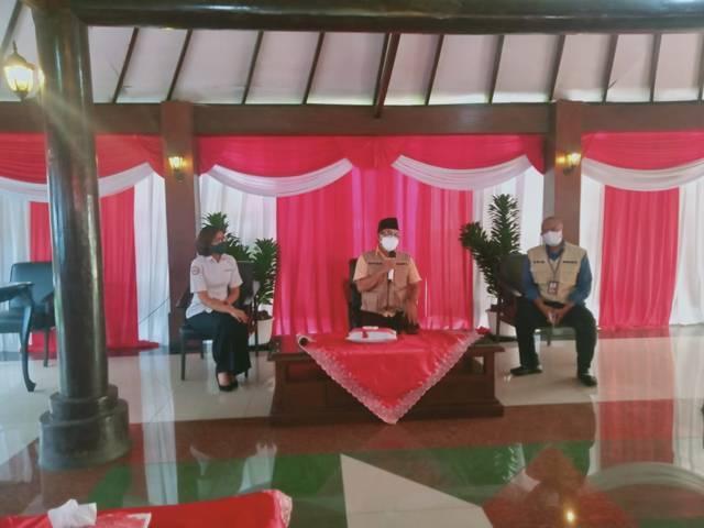 Wali Kota Malang Sutiaji (tengah) memberikan penjelasan soal PPKM Level 4 di Kota Malang diperpanjang atau tidak, Senin (02/08/2021). (Foto: Rizal Adhi/Tugu Jatim)