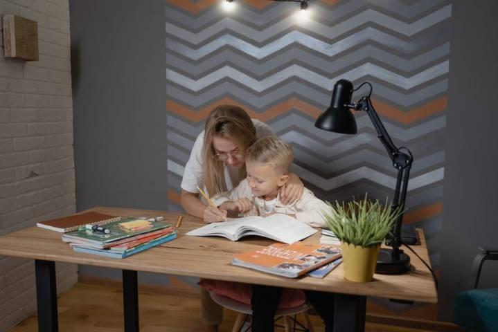 Ilustrasi pembelajaran online didampingi orang tua di rumah. (Foto: Pexels/Tugu Jatim)