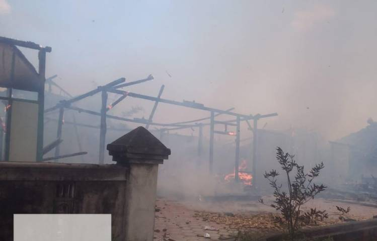 Asap terlihat masih mengepul saat petugas damkar memadamkan api di 3 rumah di Kabupaten Bojonegoro yang mengalami kebakaran pada Senin sore (17/08/2021). (Foto: Dok Damkar Bojonegoro/Tugu Jatim)