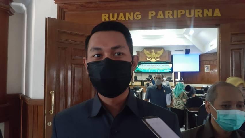 Bupati Tuban Aditya Halindra Faridzky saat di gedung DPRD Kabupaten Tuban, Kamis (05/08/2021). (Foto: Rochim/Tugu Jatim)
