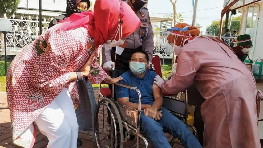 Wali Kota Batu Dewanti Rumpoko saat menunjukkan perhatiannya kepada difabel yang melaksanakan vaksinasi di Mapolres Batu, Senin (16/08/2021). (Foto:Azmy/Tugu Jatim)