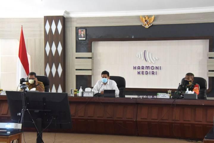 Wali Kota Kediri Abdullah Abu Bakar saat rapat internal Koordinasi Pagi Penanganan Covid (Kopi Paid) pada Senin pagi (02/08/2021). (Foto: Rino Hayyu Setyo/Tugu Jatim)