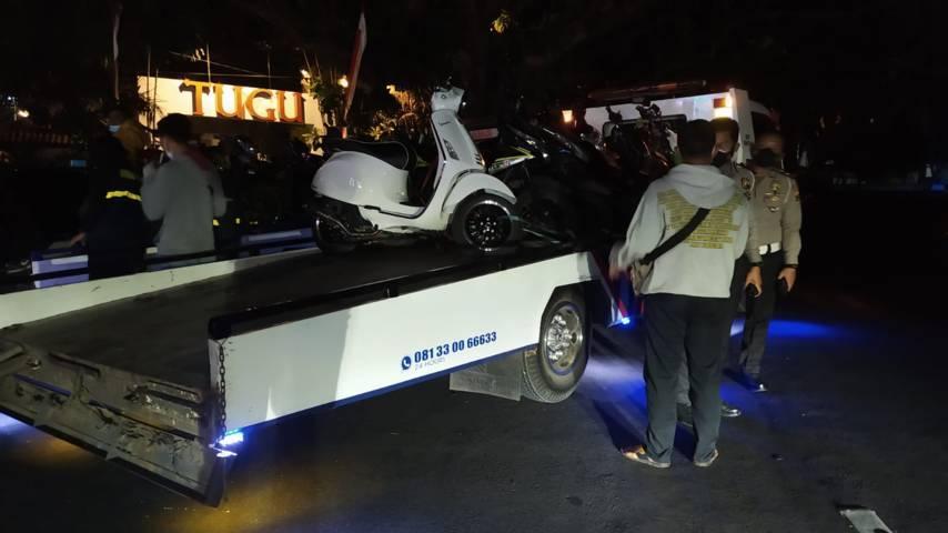 Puluhan kendaraan yang diamankan petugas saat HUT Arema ke-34 pada Selasa malam (10/08/2021). (Foto: Azmy/Tugu Jatim)