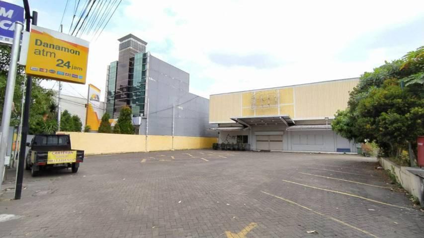 Bekas bangunan di Jalan Raya Dinoyo Kota Malang yang sebelumnya adalah Giant Ekspress Dinoyo. Papan nama bertuliskan Giant yang dulu terpampang di atas Minggu (1/8/2021) ini sudah tampak hilang. (Foto: M Ulul Azmy/Tugu Malang/Tugu Jatim)