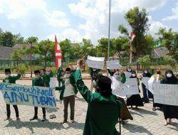 Tuntut Kejelasan Terkait Keterlambatan Ijazah, Mahasiswa IAINU Tuban Gelar Aksi di Depan Rektorat